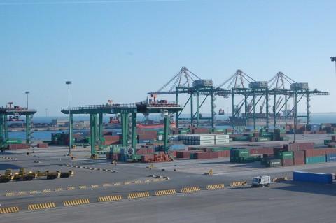 Le gru del porto di Taranto