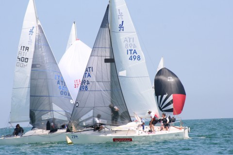 ita-498-notifyme-pilgrim-armato-dal-capo-flotta-j24-del-lario-mauro-benfatto